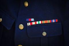 Königliche Marinemedaillenbänder auf blauem R M uniform Stockfoto