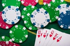 königlicher Blitz auf Karten und Pokerchips Lizenzfreies Stockbild
