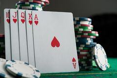 königlicher Blitz auf Karten und Pokerchips Stockfotos