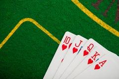 königlicher Blitz auf Karten und Pokerchips Stockfotografie