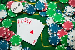 königlicher Blitz auf Karten und Pokerchips Stockfoto