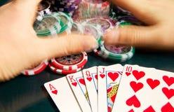 Königlicher greller Gewinn im Poker und in weiblichen Händen, die Bank ergreifen Unscharfe Bewegung Lizenzfreie Stockfotografie