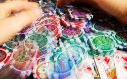 Königlicher greller Gewinn im Poker und in weiblichen Händen, die Bank ergreifen Unscharfe Bewegung Stockbilder