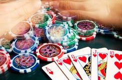 Königlicher greller Gewinn im Poker und in weiblichen Händen, die Bank ergreifen Unscharfe Bewegung Stockfoto