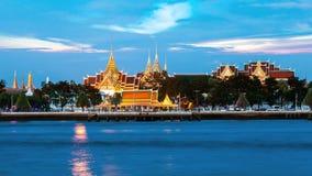 Königlicher großartiger Palast entlang dem Fluss Stockfotos