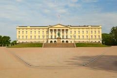 Königlicher Palast in der Stadt von Oslo stockbild