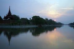 Königlicher Palast und Sonnenaufgang Stockfotos