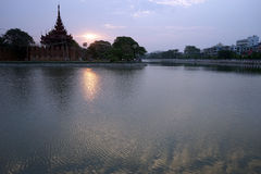 Königlicher Palast und Sonnenaufgang Lizenzfreie Stockbilder