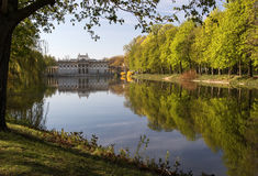 Königlicher Park Lazienki (Bad) Ansicht des Palastes auf dem Wasser Stockfotografie