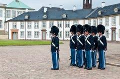 Königlicher Schutz im Fredensborg-Palast im schlechten Wetter lizenzfreie stockbilder