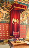 Königlicher Thron im historischen Raum Stockbilder