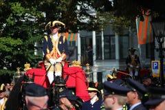 Königlicher Trainer, der auf Lange Voorhout auf der Prinztagparade in Den Haag fährt Lizenzfreie Stockbilder