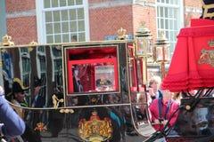 Königlicher Trainer, der auf Lange Voorhout auf der Prinztagparade in Den Haag fährt Lizenzfreies Stockfoto