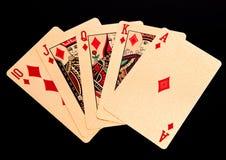 Königliches gerades Erröten, das goldene Kartenpokerhand in den Diamanten spielt Lizenzfreie Stockfotografie