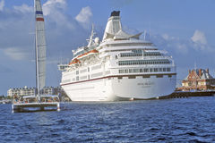 Königliches Majestätskreuzschiff am Dock am Sonnenuntergang-Pier, Key West, Florida Stockfotos