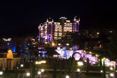 Königliches Schloss-Hotel nachts Stockbilder