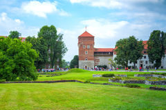 Königliches Schloss Wawel, Ansicht von Dieben ragen, die Touristen hoch, die um die Wiesen gehen und Rasen stockfotografie