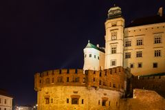 Königliches Schloss Wawel nachts in Krakau lizenzfreie stockfotos