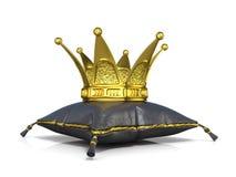Königliches schwarzes ledernes Kissen und goldene Krone Stockbilder