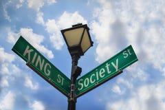 Königstraße und Gesellschaftsstraßenüberfahrt in Charleston South Carolina stockfotos