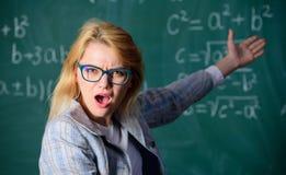 Können Sie, diese Aufgabe lösen Sie Schulbildungsgrundlagenkenntnisse Intelligentes Lehrerklassenzimmer der Frauenabnutzungs-Bril stockbild