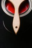 Können Sie vom roten Lack und vom Malerpinsel auf schwarzem Hintergrund Lizenzfreies Stockfoto