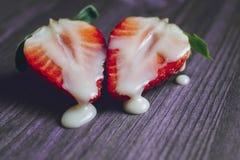 K?nsbest?mma begreppet med jordgubbar och mj?lka royaltyfri bild