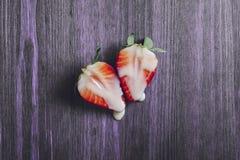 K?nsbest?mma begreppet med jordgubbar p? den purpurf?rgade tabellen royaltyfri foto