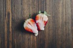 Könsbestämma begreppet med jordgubbar på en trätabell fotografering för bildbyråer
