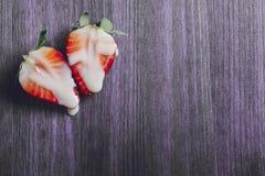 K?nsbest?mma begreppet med jordgubbar p? purpurf?rgad bakgrund royaltyfri bild
