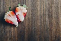 Könsbestämma begreppet med jordgubbar på träbakgrund royaltyfri foto