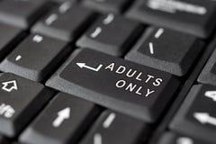 KÖNSBESTÄMMA meddelandet skriver in på tangent, för pornografi Arkivfoto