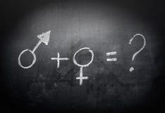 Könsbestämma-symbol-begrepp-och-formel-på-en-svart tavla Arkivfoton