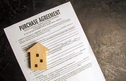 Köpöverenskommelse Begreppet av att köpa ett hem, fastighet, lägenhet Servicefastighetsmäklare och fastighetsmäklare Sale/sålde h arkivbilder
