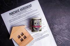 Köpöverenskommelse Begreppet av att köpa ett hem, fastighet, lägenhet Servicefastighetsmäklare och fastighetsmäklare Sale/sålde h royaltyfri bild