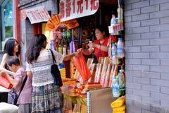 Köp av buddistisk rökelse Arkivfoton