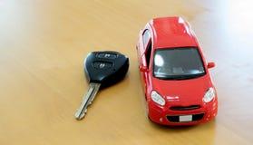 köp bilbegreppstangenter över hyratoywhite Hyra- eller köpbil arkivfoton