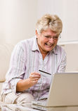 köp creditcard internetmerchandise till att använda kvinnan Royaltyfri Fotografi