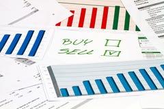 Köp eller sälj på diagram Royaltyfri Foto