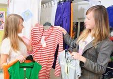 köp kläder som flickor ut väljer till royaltyfria foton