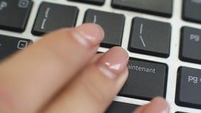 Köp nu i fransk knapp på datortangentbordet, den kvinnliga handen fingrar presstangent lager videofilmer