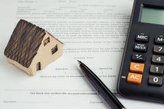 Köp och sälj huset, inteckna beräkningen och kontraktskrivningen Co royaltyfri fotografi