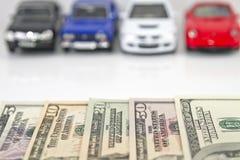 Köpa en ny bil för kassa fotografering för bildbyråer