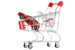 Köpa en ny bil, bil i den isolerade shoppingvagnen Arkivbilder