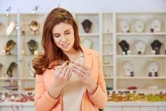 Köpa för kvinna som är juwelry på juveleraren Arkivbild