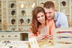 Köpa för par som är juwelry på juveleraren Arkivfoto