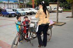 köpande barn porslinpengzhousötsaker Arkivfoto