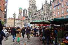 Köpande blommor för folk i Munich, Tyskland Arkivbild