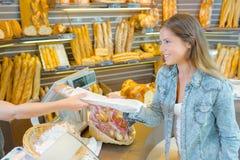 Köpande bröd från bageri royaltyfria foton