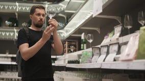 Köpande exponeringsglas för stilig grabb arkivfilmer